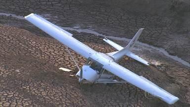 Avião de pequeno porte faz pouso forçado na Grande BH - Três pessoas que estavam a bordo ficaram feridas e foram socorridas para hospital da capital.