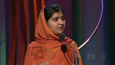 Malala Yousafzai se torna a mais jovem a receber o prêmio Nobel da Paz - A paquistanesa divide prêmio com o indiano Kalash Satyarthi. Ela contou que estava na escola hoje quando foi surpreendida com a notícia do Nobel e disse que o prêmio não é o fim da luta, mas apenas o começo.