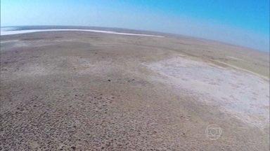 Dunas avançam e secam o que já foi um dos maiores lagos do planeta - Ambição desenfreada da antiga União Soviética transformou Mar de Aral em um retrato triste. Em cerca de 30 anos, o volume da água caiu em 90%.
