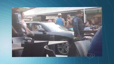 Pai e filho são presos após invadirem rua de lazer com carros de luxo no ES - Eles foram detidos por desacato, no Triângulo das Bermudas, em Vitória.Populares reclamaram da invasão e questionaram postura da Guarda.