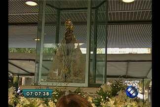 Imagem peregrina fica no altar da Praça Santuário para receber visita de devotos - Ronan Frias traz informações ao vivo de como está a movimentação no espaço nessa segunda.