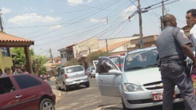Dois suspeitos de roubar táxi são presos em Ribeirão Preto - Suspeitos fugiam com veículo quando foram perseguidos pela polícia. Eles foram levados para a cadeia de Santa Rosa de Viterbo (SP).