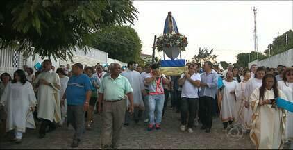 Fiéis participam de procissão em homenagem a Nossa Senhora Aparecida, em João Pessoa - A caminhada é feita no bairro Treze de Maio, na capital, há 20 anos.