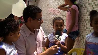 Creche Almir do Picolé realiza festa das crianças - A creche Almir do Picolé realizou a festa das crianças, no conjunto Piabeta, em Nossa Senhora do Socorro. Desde 1990, brinquedos, cestas básicas e lanche são distribuídos para a comunidade.