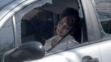 Império - Capítulo de segunda-feira, dia 13/10/2014, na íntegra - Beatriz sofre um grave acidente de carro