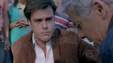 Enrico e Cláudio são avisados do trágico acidente de Beatriz - Pai e filho saem correndo para ver o que aconteceu com ela
