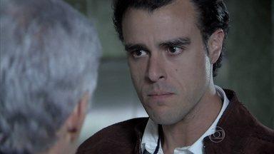 Enrico exige saber notícias de Beatriz e trata Cláudio com rispidez - Cerimonialista é impedido de acompanhar atendimento à esposa e tenta acalmar o filho