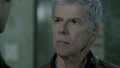 Claudio desafia Enrico a devolver restaurante - Pai e filho discutem no hospital