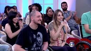 'Calça é a peça mais difícil para o cadeirante', diz modelo com deficiência - Denise Ferreira recebe o apoio do noivo e pensa em vestido do casamento