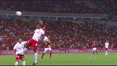 Alecsandro passa por cirurgia e ficará em recuperação por 40 dias - Jogador do Flamengo sofreu três fraturas.