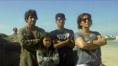 """""""Time Medina"""" é a força do surfista para conquistar inédito Mundial de surfe para o Brasil - Mãe, padrasto e irmãos dão apoio em Portugal, onde atleta pode faturar título antecipado."""