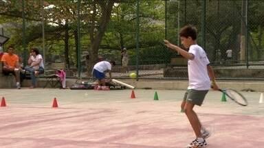 """Projeto """"Tênis na Lagoa"""" muda rotina de jovens no Rio de Janeiro - Esporte é caro para muitos participantes, mas eles contam com doações para seguir na prática."""