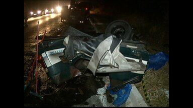 Duas pessoas ficaram feridas em um acidente entre uma caminhonete e um carro na BR-365 - O acidente foi perto de Montes Claros, no Norte de Minas. A carroceria da caminhonete ficou destruída.