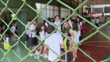 Valor do aumento da mensalidade é definido por cada escola - Muitos pais reclamam que o aumento da mensalidade escolar fica acima da inflação. Não existe um teto, um valor máximo para esse percentual, e cada escola calcula o índice de acordo com os gastos e investimentos.