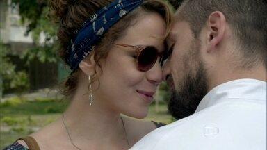 Cristina e Vicente namoram na frente do restaurante - Enrico orienta os funcionários a tratarem bem Maria Isis