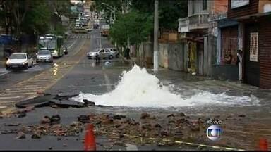 Adutora rompe em São Paulo - Em meio ao problema de falta d'água na capital paulista, uma adutora se rompeu na zona norte e uma quantidade enorme de água está jorrando pelo asfalto, causando transtornos para os motoristas e pedestres.