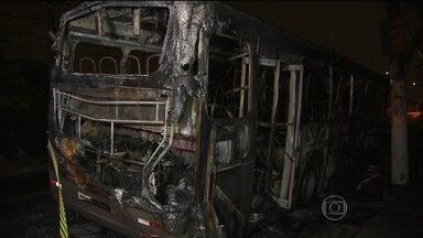 Vândalos incendeiam ônibus em São Paulo - Na capital paulista, a polícia afirma que o ônibus foi incendiado em protesto por causa da morte de um motoboy, que foi atropelado no final de semana.