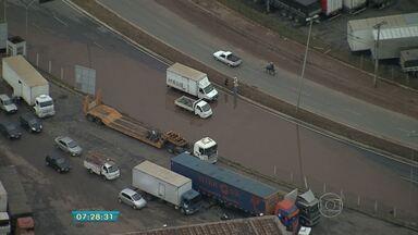 Caminhão quebrado e alagamentos causam lentidão em vias de Contagem - Caminhão enguiçou na Avenida Cardeal Eugênio Pacelli.