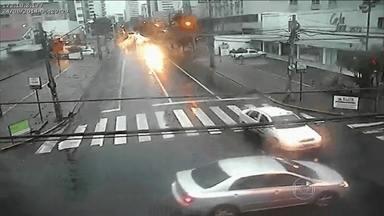 Avanço de sinal vermelho provoca acidentes graves no Recife - Muitos motoristas e motociclistas não respeitam a sinalização semafórica. Os pedestres se sentem inseguros, mesmo quando atravessam na faixa. A infração gravíssima vale sete pontos na carteira de habilitação e multa.
