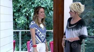 Ana Maria recebe Adriana na Casa de Cristal - Apresentadora mostra banner usado na decoração e explica inspiração