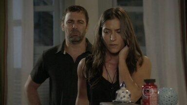 Nat consegue disfarçar a ligação de Duca para Lobão - O lutador marca um encontro com a garota