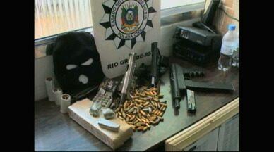 Homem é preso com armas, munição e maconha em Rio Grande, RS - No bairro Profilurb, homem acusado de assassinar jovem também foi preso.