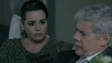 Beatriz consola Cláudio - Enrico embarca para Roma. Téo reclama da falta de escândalos durante a festa de Maria Clara