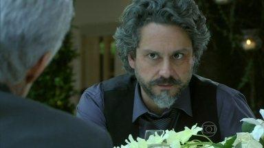 Zé Alfredo pede que Cláudio o veja como amigo - Os dois conversam após a festa de casamento