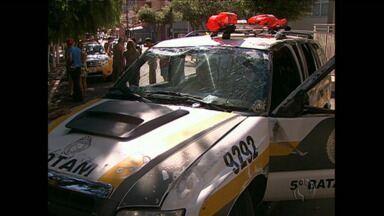 Policiais ficam feridos em acidente com viatura no centro de Londrina - O carro da PM capotou depois de bater em outro veículo.