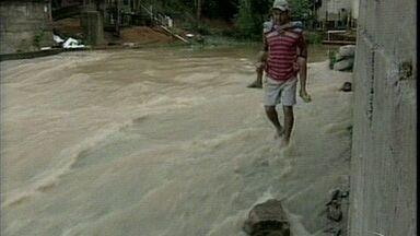 Chuva provoca alagamentos em Rio Bananal, região Norte do ES - Algumas ruas ficaram alagadas.Prefeitura realizou limpeza pela manhã.
