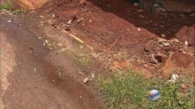 Moradores reclamam de buracos em bairro de Ribeirão Preto - Segundo eles, problema ocorre após conserto de vazamentos.