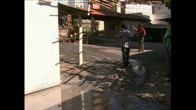IAP deve autuar estacionamento por crime ambiental - A empresa fica no centro de Londrina e contratou outra empresa para abrir um poço artesiano mas na hora de furar o terreno deixou escorrer água suja.