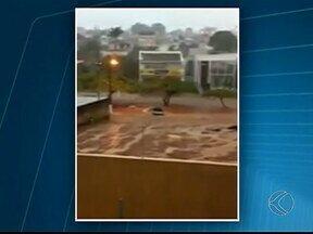 Chuva causa estragos e ocasiona queda de árvores em Patrocínio - Chuva atingiu a cidade neste sábado (25). Uma mulher e duas crianças foram resgatadas pelos bombeiros.