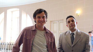 Sergio Guizé e Marcelo Médici surgem por trás das câmeras - Em bastidor das gravações, atores que serão inseparáveis em cena aparecem em clima de descontração