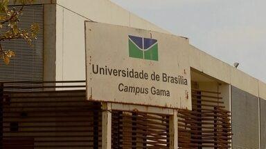 Campus da UnB do Gama apresenta diversos problemas de infraestrutura - Apesar do campus da UnB ter quase três anos, o estacionamento ainda é de terra. As grades também não saíram do papel.