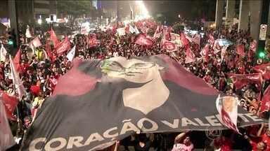 Apuração das eleições é acompanhada com reações opostas de petistas e tucanos - Assim que souberam da vitória de Dilma Rousseff, eleitores correram para o Marco Zero, no centro do Recife, com bandeiras e buzinaço. Em Belo Horizonte, a frustração estava estampada nos rostos de jovens, que mesmo assim mostravam orgulho.