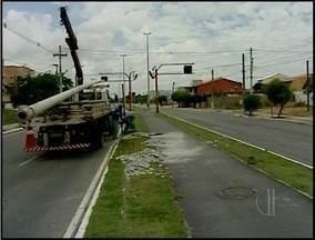 Queda de poste interrompe trânsito em Campos, no RJ - Queda de poste interrompe trânsito em Campos, no RJ
