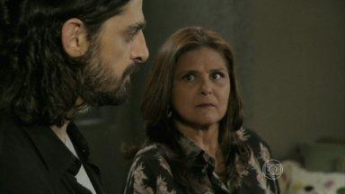 Jurema não permite que Jairo acorde Reginaldo - O ladrão volta para casa sem dinheiro e critica o comportamento do pai