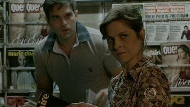 Cora vê Jairo atrás dela e fica intrigada - Megera fica alvoraçada com a presença do rapaz