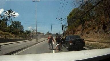 Suspeito de chefiar quadrilha de roubo de bancos é preso em perseguição no Rio - A polícia prendeu um homem apontado pela polícia como o chefe da maior quadrilha de roubo a bancos do Rio. Ele foi capturado em uma perseguição que começou em Santa Cruz, na Zona Oeste do Rio.