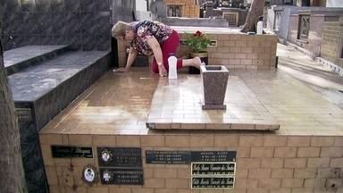 Prefeitura sugere redução do uso de água para limpeza de lápides em cemitérios da capital - A pessoa que quiser limpar ou lavar o túmulo da família terá que usar apenas um balde de água. É o que a Prefeitura de São Paulo está pedindo para quem visitar os cemitérios da cidade no Feriado de Finados.