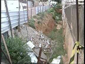 Blitz do MG: Há dois moradores do bairro Vila Rica convivem com cratera - Localizado em Valadares, o buraco foi aberto pela prefeitura.