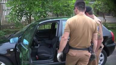 Polícia encontra carro roubado e faz perícia para identificar homem que matou a corretora - A corretora de 55 anos morreu baleada no bairro Bigorrilho, em Curitiba. A polícia está atrás do homem que atirou na mulher. De acordo com o retrato falado, o suspeito tem entre 18 e 22 anos e 1,70m de altura.