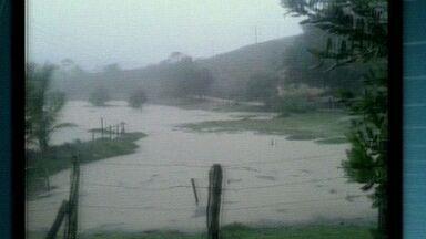 Moradores mostram como ficou a cidade de Aracruz durante chuva no ES - Na localidade de Guaraná, foram registrados 304 mm nas últimas 24 horas.Segundo a Defesa Civil, 50 famílias estão desabrigadas e 30 desalojadas