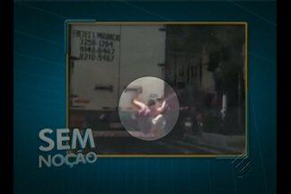 Rapaz se arrisca pendurado na traseira de caminhão na av. José Malcher - Ele coloca em risco a vida dele, e também poderia provocar um acidente.
