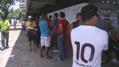 Movimento foi grande nas bilheterias da Ilha e do Arruda para jogos do fim de semana - Sport coloca preço de ingresso promocional e confronto do Santa vale entrada no G-4 da Série B