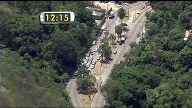 Tiroteio fecha autoestrada Grajaú-Jacarepaguá - A autoestrada Grajaú-Jacarepaguá foi fechada no fim da manhã, por causa de uma troca de tiros entre traficantes e policiais militares. O conflito na região do Lins já dura um mês.
