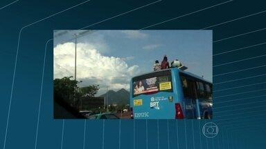 Grupo abre saída de emergência e sobe em cima de ônibus na Avenida das Américas - O grupo seguiu no teto do ônibus, que faz a linha alimentadora do BRT, em direção à Cidade de Deus.