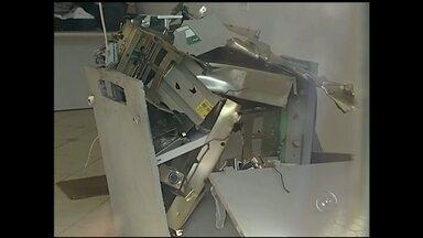 Grupo armado explode único caixa automático de Alambari - O posto da única agência bancária de Alambari (SP) foi explodido na madrugada desta sexta-feira (31). Segundo a Polícia Militar, por volta de meia-noite, o guarda noturno que fazia ronda de moto pelas ruas do município foi abordado por três homens fortemente armados.