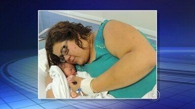 Mulher que descobriu gravidez às vésperas do parto dá à luz em Jundiaí - A professora de Jundiaí (SP) que descobriu que estava grávida apenas aos noves meses de gestação deu à luz ao filho nesta sexta-feira (31). Vanessa Nascimento, de 35 anos, sofre de obesidade mórbida e diz que não desconfiava que estava esperando um filho. Ela só foi descobrir a gravidez depois que passou por uma consulta de rotina com o ginecologista, na quarta-feira (29).
